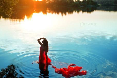 Фото Девушка стоит в воде, на ней красная, прозрачная ткань, в воде отражаются деревья, фотограф Юлия Денишева, визажист Ольга Фомина, модель Юлия Аниховская