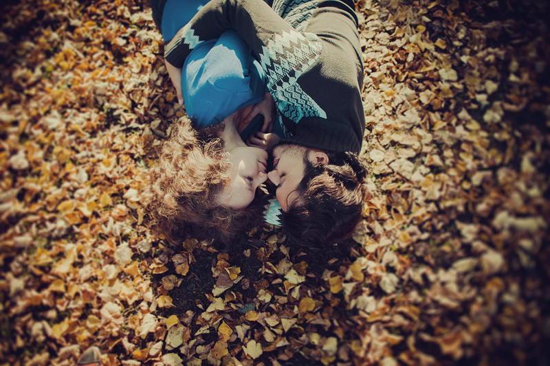 Парень с девушкой лежат на спине