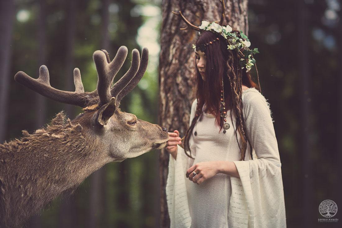 Картинка с оленями про девушек