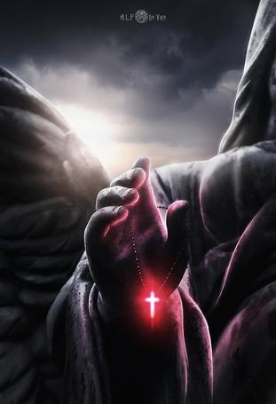 Фото В руке человека - ангела светящийся крест, ву In-Yan