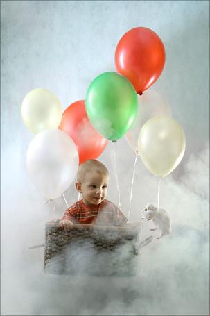 Фото Мальчик летит в корзине на воздушных шариках, а рядом летит морская свинка на шарике, фотограф Брушша