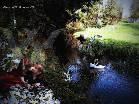 Фото На берегу реки целуются дети, сбоку за ними наблюдают ангела хранители, иллюстрация Владимира Малышева
