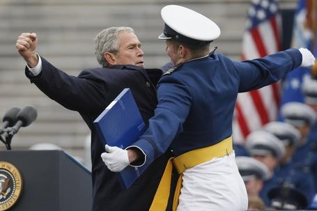 Фото Самый непосредственный президент в мире Джордж Буш запечатлен на этой фотографии во время ритуального приветствия «грудью о грудь» с одним из выпускников академии US Air Force