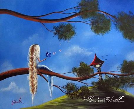 Фото Девочка с длинной косой сидит на ветке дерева с бабочкой перед ней, ву Shawna Erback