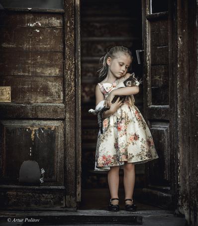 Фото Девочка с котенком в руках, фотограф Artur Politov