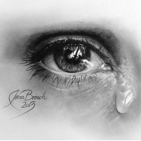 Фото Глаз девушки со слезой, ву Iona Brinch