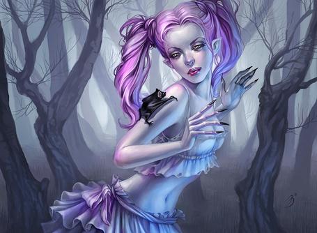 Фото Вампирша смотрит на летучую мышь у себя на руке в темном лесу