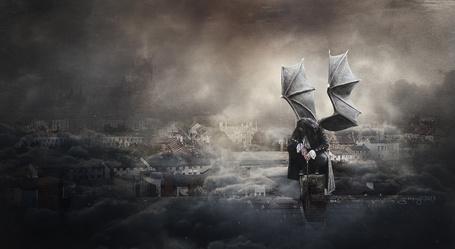 Фото Грустный демон на фоне города