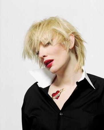 Фото Актриса Кейт Бланшетт / Cate Blanchett, с растрепанными волосами и наклейки тату в виде сердечка и надписи Cate / Кейт