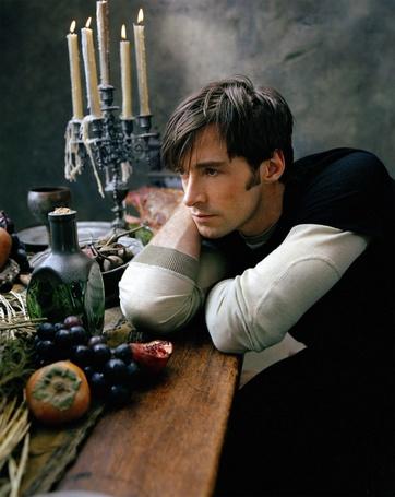 Фото Актер Хью Джекман / Hugh Jackman, с грустным взглядом, сидит за накрытым столом