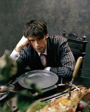 Фото Актер Хью Джекман / Hugh Jackman, с грустным взглядом сидит за столом, рядом пустая тарелка и кусок жареного мяса