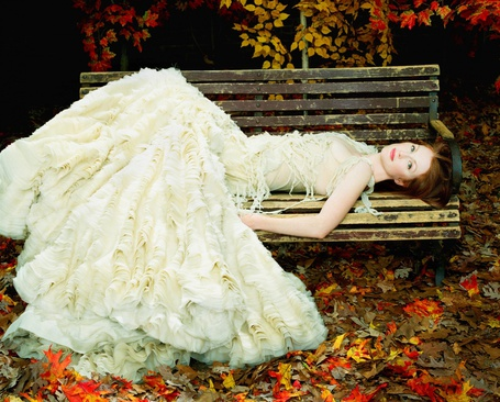 Фото Актриса Джулианна Мур / Julianne Moore, лежит на скамейке в парке, в зеленом платье