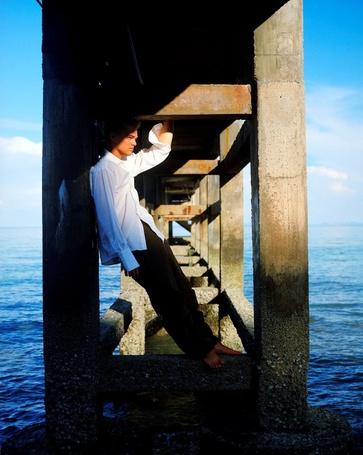 Фото Актер Леонардо ДиКаприо / Leonardo DiCaprio, стоит на опоре каменного моста