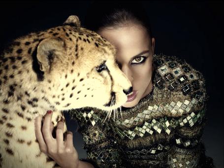 Фото Актриса Елена Анайя / Elena Anaya, приобняв леопарда, смотрит прямо