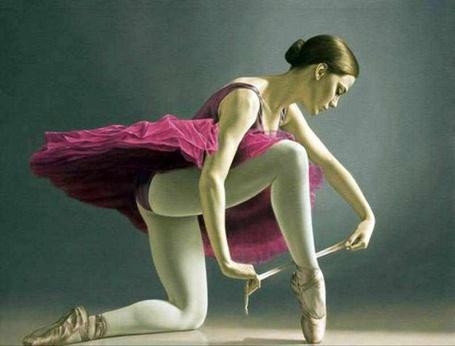Фото Балерина завязывает ленты на пуантах, художник Sergio Martinez Cifuentes