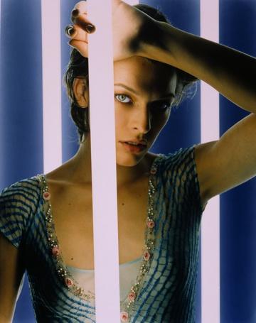 Фото Актриса Милла Йовович / Milla Jovovich прислонила руку к люминесцентной лампе