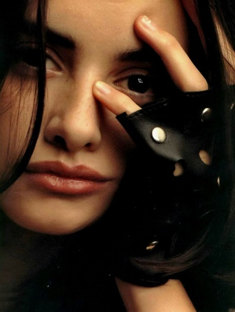 Фото Актриса Пенелопа Крус / Penelope Cruz приложила руку к лицу