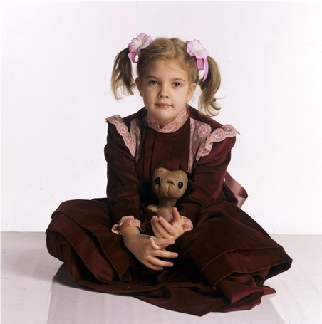 Фото Актриса Дрю Бэрримор / Drew Barrymore в детстве, девочка держит игрушку инопланетянина