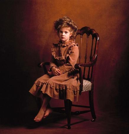 Фото Актриса Дрю Бэрримор / Drew Barrymore в детстве, девочка сидит на стуле в ретро образе