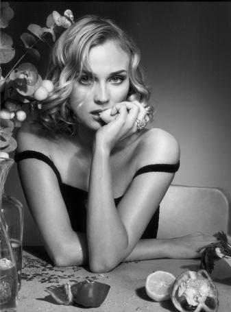 Фото Актриса Дайан Крюгер / Diane Kruger, сидит за столом и поедает лимон