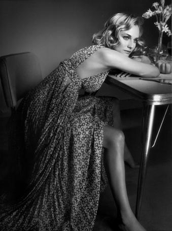 Фото Актриса Дайан Крюгер / Diane Kruger, сидит на стуле за столом