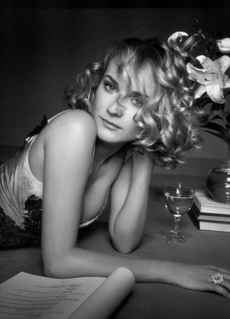 Фото Актриса Дайан Крюгер / Diane Kruger, лежит на полу рядом со сценарием, бокалом вина и цветов в вазе, стоящих на книгах