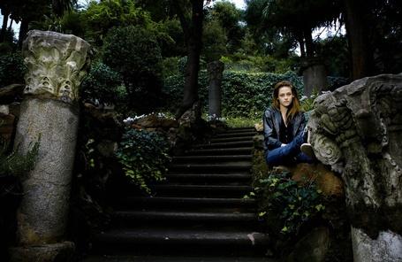 Фото Актриса Кристен Стюарт / Kristen Stewart, сидит на стене лестницы на фоне природы