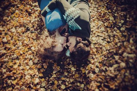 Фото Парень с девушкой лежат на осенней листве, ву Tatiana Koshutina