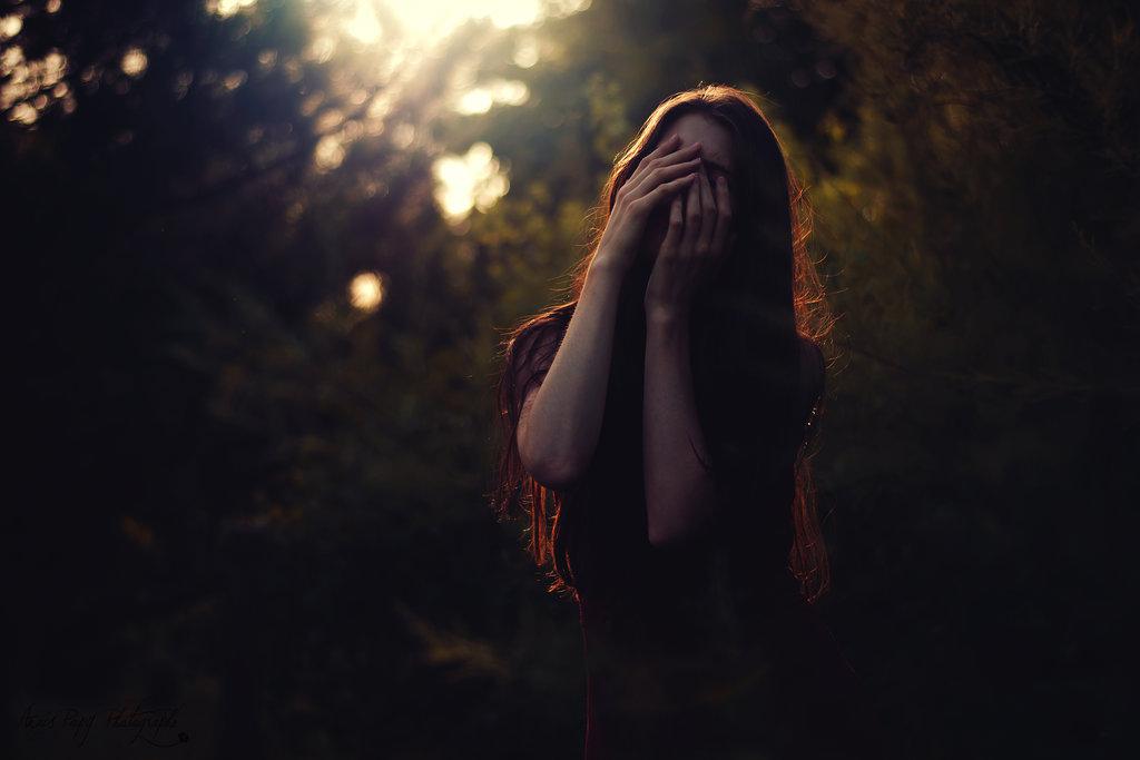 Девушка с закрытым лицом руками картинки