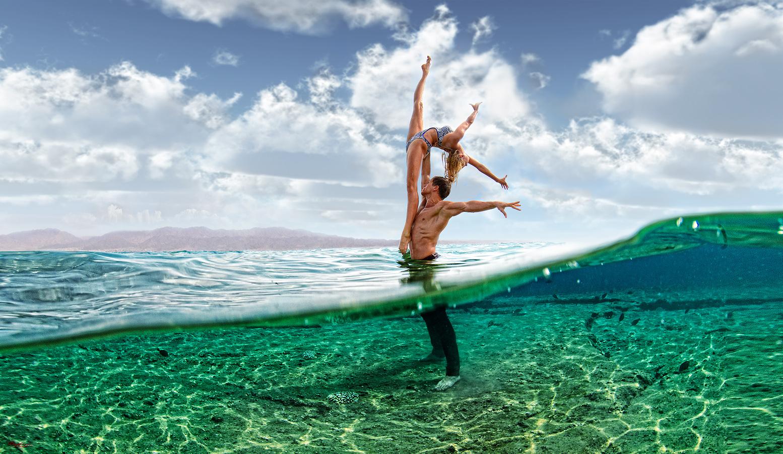 Фото Парень стоит в воде и держит на руке девушку, ву Mercedes Castillo Sаnchez