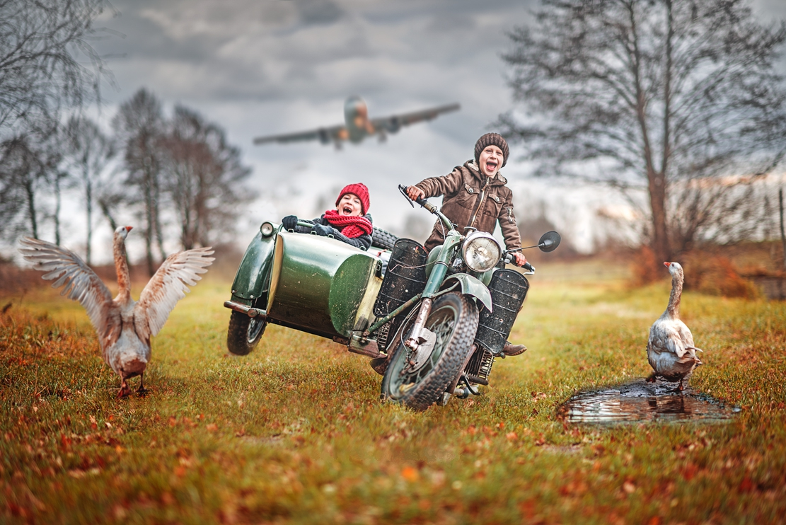 Фото Мальчики едут на мотоцикле, а за ними летит самолет, by Adam Wawrzyniak