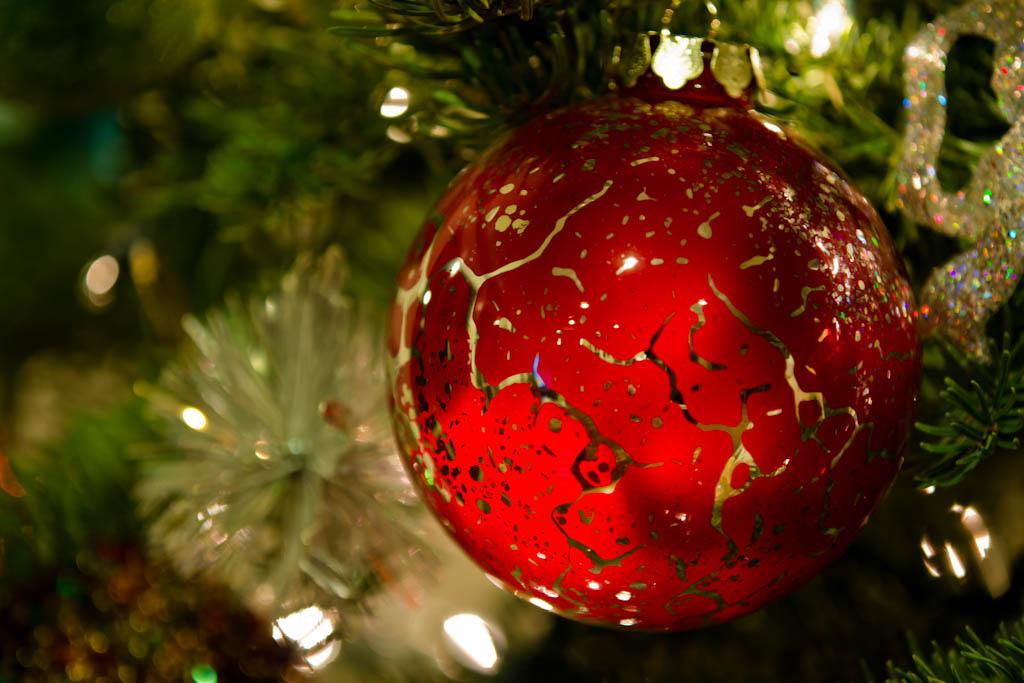 Фото Красный новогодний шар на елке