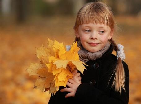 Фото Девочка с осенней листвой