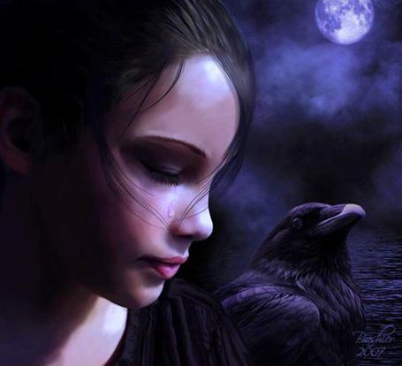 Фото Капелька влаги оставляет мокрый след на щеке девушки, грустящей лунной ночью с вороном на плече, art Brashier