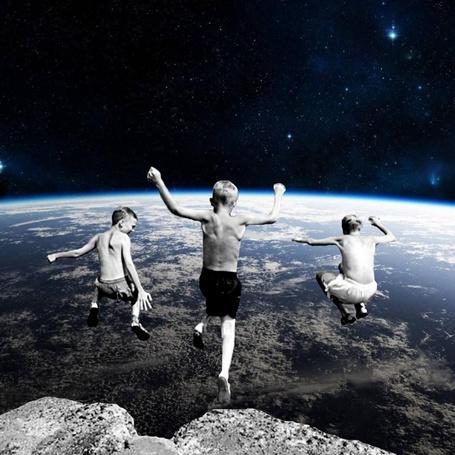 Фото Дети прыгают с обрыва в космосе