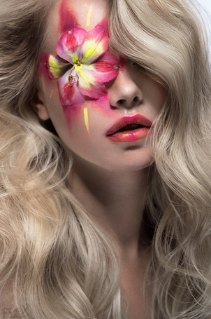 Фото Девушка с арт макияжем в виде цветка лилии