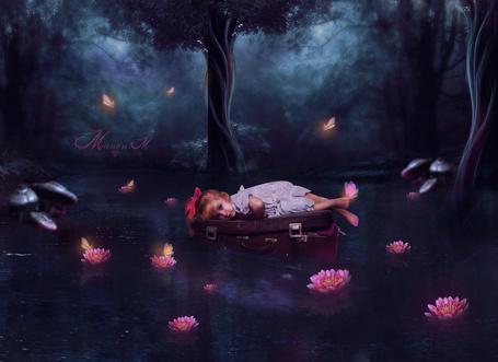 Фото Девочка лежит на чемодане с бабочкой на ножке, by Manon-M
