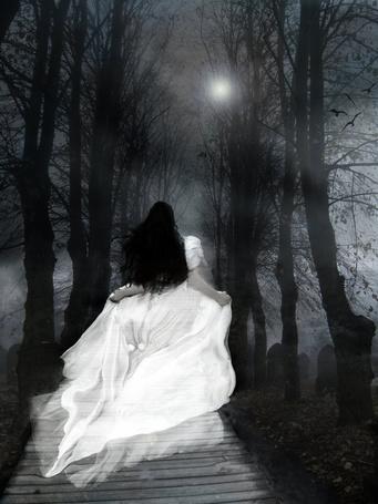 Фото Девушка в белом платье бежит в темноту