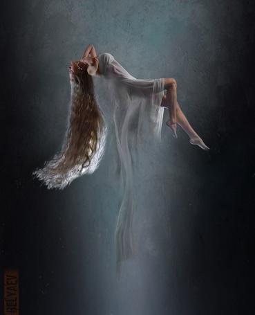 Фото Русоволосая красавица зависает в воздухе, лежа на спине, ее укрывает белая полупрозрачная ткань, фотограф Дмитрий Беляев