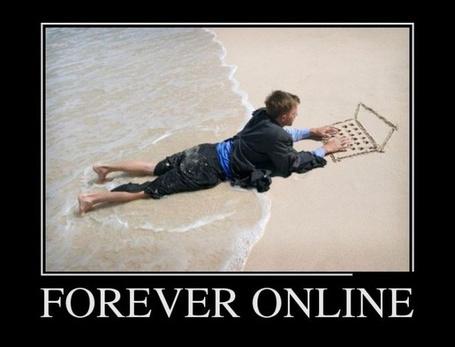 Фото Парень лежит на берегу Рижского залива и стучит по клавишам нарисованного на песке ноутбука (Forever online)