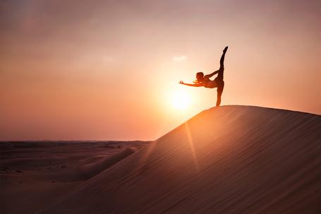 Фото Девушка, делая ласточку, стоит на фоне восхода солнца, фотограф Eric Parе