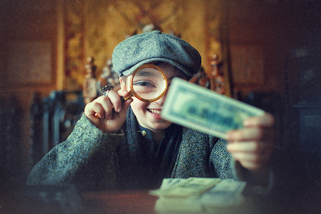 Фото Мальчик рассматривает деньги через лупу, ву Наталья Законова