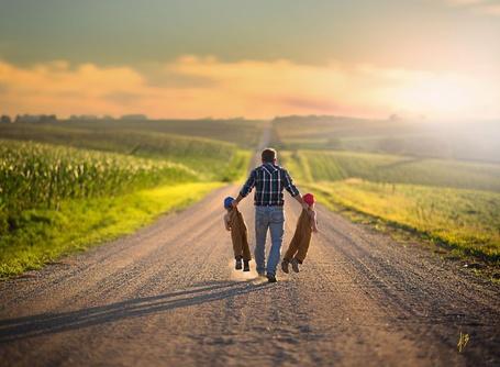 Фото Мужчина идет по дороге и несет двух мальчишек, фотограф Jake Olson Studios