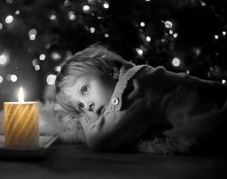 Фото Мальчик смотрит на горящую свечу, by Colors for you