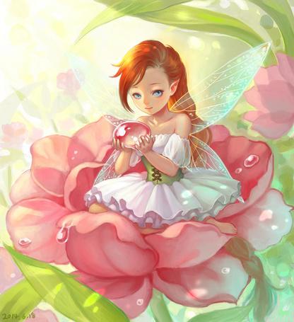 Фото Маленькая фея держит в ладошках капельку росы, сидя в розовом цветке