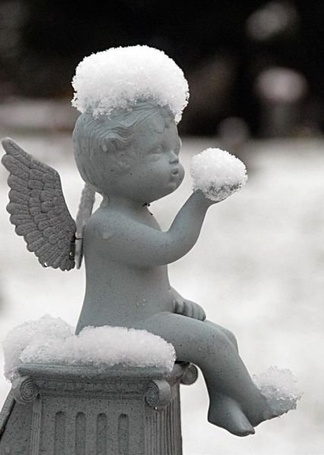 Фото Статуетка ангела со снегом