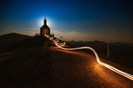 Фото Свет от фонаря в руках ребенка, ведет к храму на вершине холма, by Stefan Thaler