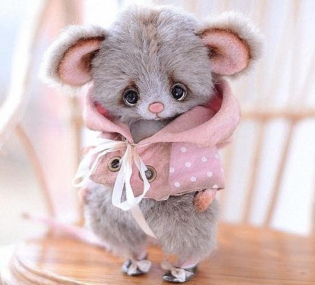 Фото Грустный мышонок в розовой курточке