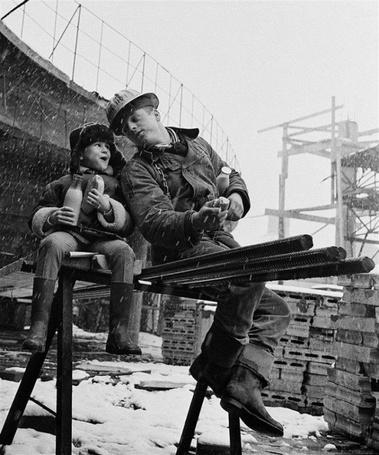 Фото Отец и сын обедают на стройке