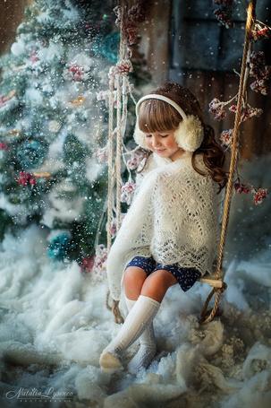 Фото Девочка на качели у новогодней елки, ву Natalia Lysenco